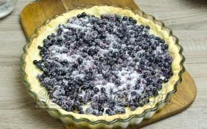 Пирог с черникой: Засыпаем корж ягодами