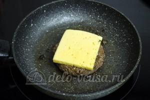 Гамбургер: Кладем на котлеты сыр
