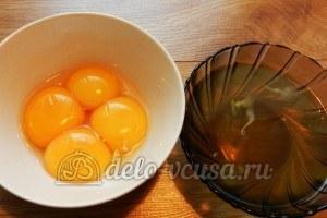 Пирог с вишней и творогом: Отделить желтки от белков