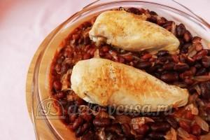 Курица с фасолью: Кладем в форму курицу