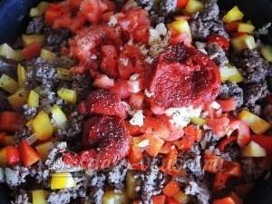 Турецкая пиде: Добавляем помидоры и томатную пасту