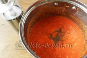 Макароны с томатным соусом и маслинами: Доводим соус до вкуса