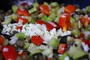 Удон с овощами: Добавить лук и чеснок