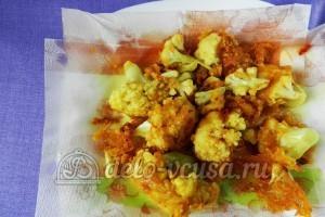 Цветная капуста в остром кляре: Кладем готовые овощи на бумажное полотенце