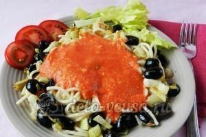 Макароны с томатным соусом и маслинами