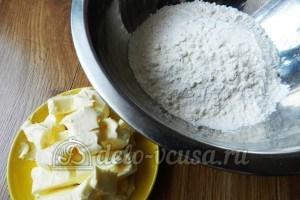 Пирог с вишней и творогом: Просеять муку