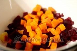 Винегрет с фасолью: Порезать морковь