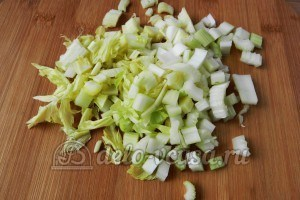 Макароны с томатным соусом и маслинами: Измельчить сельдерей