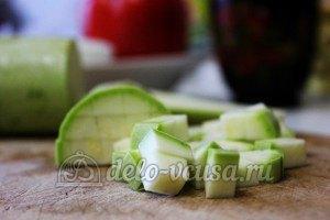Удон с овощами: Кабачки порезать кубиками