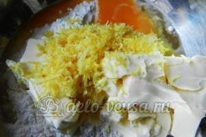 Пирог с вишней и творогом: Добавить соль и цедру в тесто