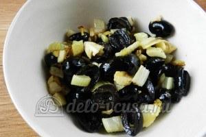 Макароны с томатным соусом и маслинами: Отложить маслины и сельдерей