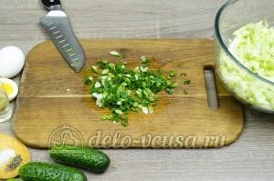 Салат из капусты с огурцами: Зеленый лук измельчить