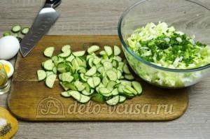 Салат из капусты с огурцами: Огурцы порезать тонкими ломтиками