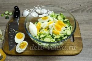 Салат из капусты с огурцами: Яйца покрошить ломтиками