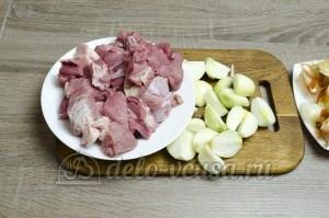 Сибирские пельмени: Подготовить лук и мясо