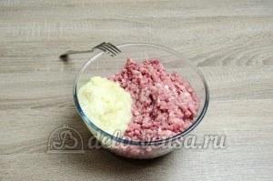 Сибирские пельмени: Перемолоть мясо и лук