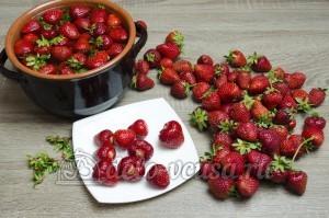 Варенье из клубники: Ягоды промыть и удалить плодоножки