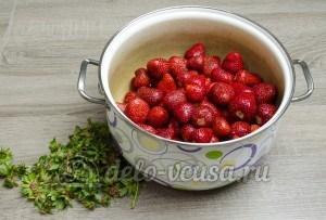 Варенье из клубники: Переложить ягоды в кастрюлю или широкую миску