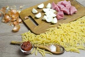 Макароны с фаршем и корицей: Подготовить мясо и лук
