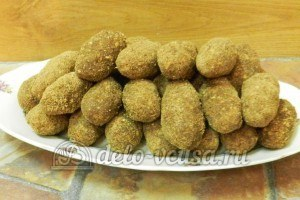 Пирожное картошка с орехами: Обвалять в сахарной пудре