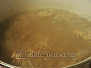 Суп с почками: Добавляем лук и муку