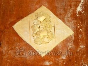 Слойки с яйцом и рисом: Кладем на тесто начинку