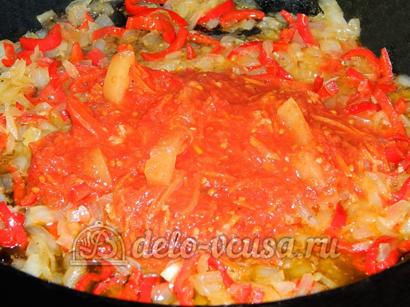 Яичная лапша с мясом и овощами: Добавить томатный соус
