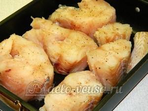 Треска под соусом: Кладем рыбу в форму
