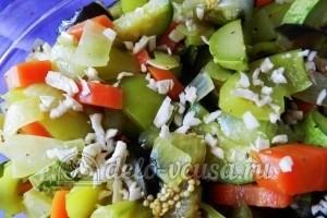 Курица под овощами: Добавить чеснок в форму