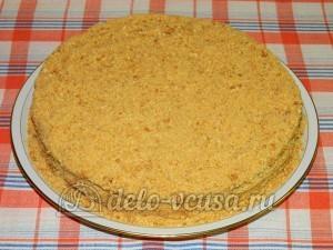Торт медовик с заварным кремом: Посыпаем торт крошкой из коржей