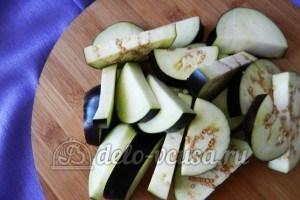 Курица под овощами: Порезать баклажаны