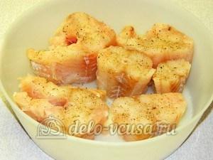 Треска под соусом: Рыбу посолить и поперчить