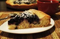 Пирог с черникой и кремом