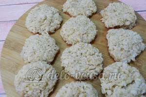 Рисовые крокеты: Формируем лепешки