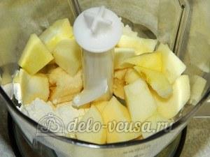 Творожный десерт с фруктами: Кладем в блендер банан, яблоко и творог