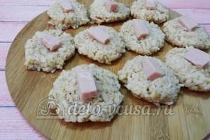 Рисовые крокеты: Кладем кусочек ветчины