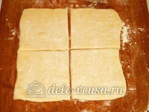 Слойки с яйцом и рисом: Разделить тесто на равные квадратики