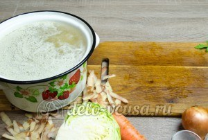 Щи из свежей капусты: Добавляем картошку в кастрюлю