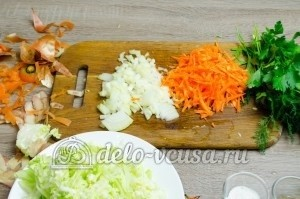 Щи из свежей капусты: Лук и морковку измельчить