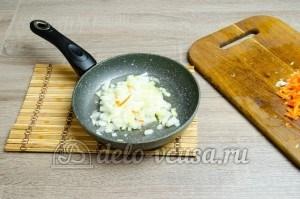 Щи из свежей капусты: Лук обжариваем на растительном масле