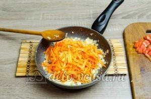 Щи из свежей капусты: Добавляем к луку морковь