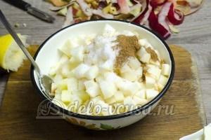Пирог с яблоками закрытый: Добавить сахар и специи
