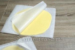 Пирог с яблоками закрытый: Раскатать тесто