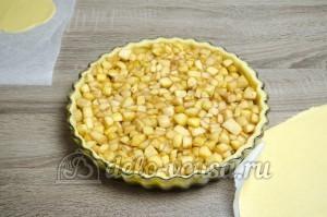 Пирог с яблоками закрытый: Кладем начинку