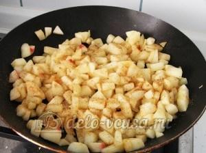 Яблочный пирог с безе: Добавить корицу