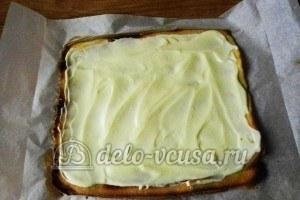 Рулет с бананом и сгущенкой: Бисквит смазать кремом