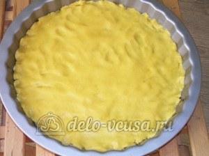 Яблочный пирог с безе: Тесто выложить в форму