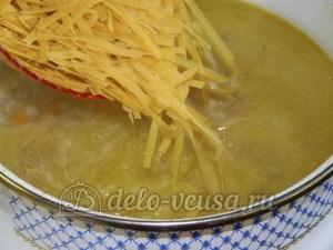 Куриный суп с лимоном: Добавить в суп лапшу