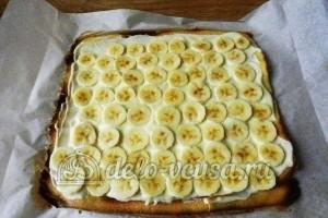Рулет с бананом и сгущенкой: Выкладываем бананы