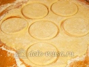Творожное печенье с маком: Вырезать кружочки